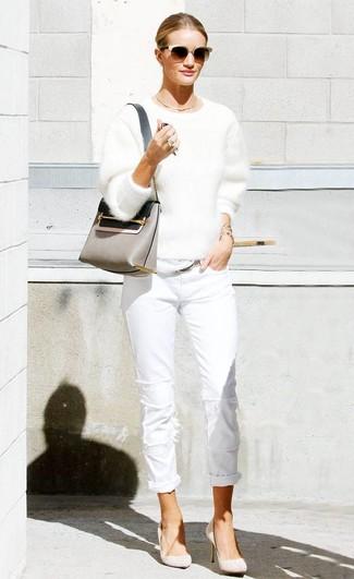 Comment porter: pull à col rond duveteux blanc, jean blanc, escarpins en daim beiges, sac bandoulière en cuir gris