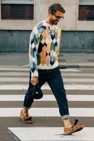 Tenue: Pull à col rond multicolore, Jean bleu marine, Mocassins à pampilles en toile marron clair, Pochette en toile bleu marine