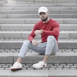 Opte pour le confort dans un pull à col rond rouge Anvil et un jean skinny déchiré gris. Rehausse cet ensemble avec une paire de des baskets basses en toile blanches.