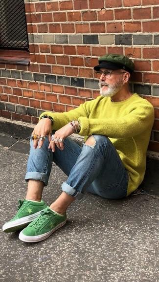 Comment porter: pull à col rond chartreuse, jean skinny déchiré bleu, baskets basses en daim vertes, casquette plate olive