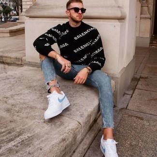 Tendances mode hommes: Pense à associer un pull à col rond imprimé noir et blanc avec un jean skinny déchiré bleu pour un look confortable et décontracté. Jouez la carte classique pour les chaussures et complète cet ensemble avec une paire de baskets basses en toile blanc et bleu.