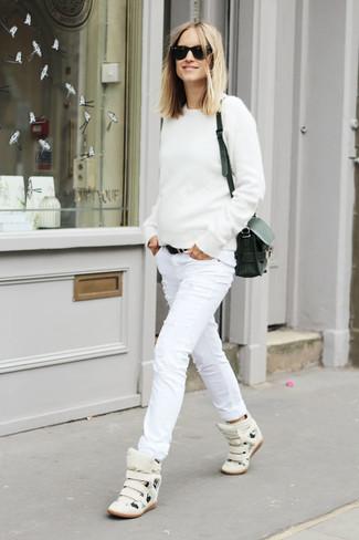 Comment porter: pull à col rond blanc, jean skinny déchiré blanc, baskets montantes en cuir blanches, sac bandoulière en cuir noir