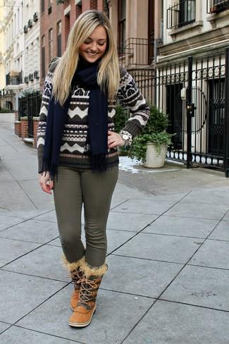 Comment porter: pull à col rond en jacquard marron, jean skinny olive, bottes d'hiver marron clair, écharpe bleu marine
