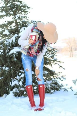 Comment porter: pull à col rond duveteux beige, jean skinny déchiré bleu, bottes de pluie rouges, chapeau en laine beige