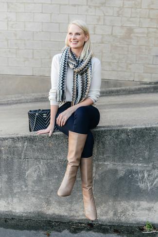 Comment porter un pull à col rond blanc: Pense à opter pour un pull à col rond blanc et un jean skinny bleu marine et tu auras l'air d'une vraie poupée. Jouez la carte classique pour les chaussures et opte pour une paire de des bottes hauteur genou en cuir marron clair.