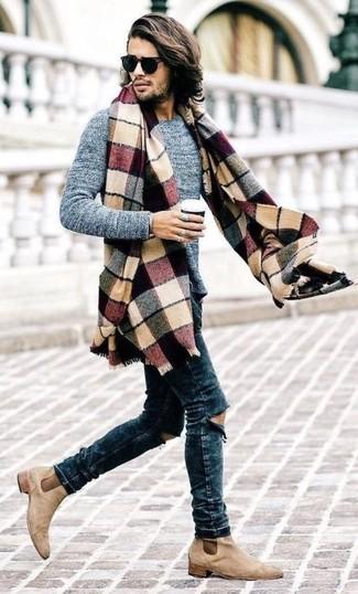 Un pull à col rond gris et un jean skinny déchiré bleu marine sont une tenue géniale à avoir dans ton arsenal. D'une humeur créatrice? Assortis ta tenue avec une paire de des bottines chelsea en daim beiges.
