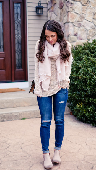 Comment porter: pull à col rond beige, jean skinny déchiré bleu, bottines chelsea en daim grises, sac bandoulière en cuir marron