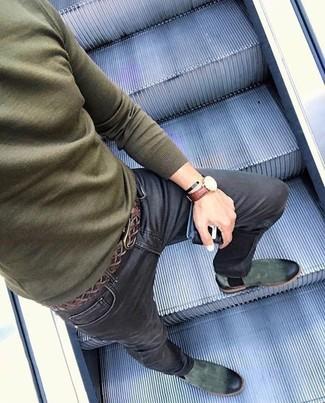 Comment porter: pull à col rond olive, jean skinny noir, bottines chelsea en daim vert foncé, ceinture en cuir tressée marron foncé