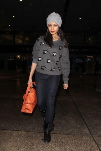 Comment porter: pull à col rond orné gris, jean skinny noir, bottines en cuir noires, sac fourre-tout en cuir orange