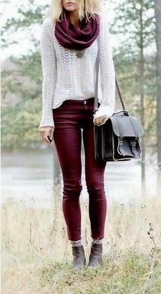 Choisis un pull et un jean skinny bordeaux pour un déjeuner le dimanche entre amies. Une paire de des bottines en cuir brunes foncées rendra élégant même le plus décontracté des looks.