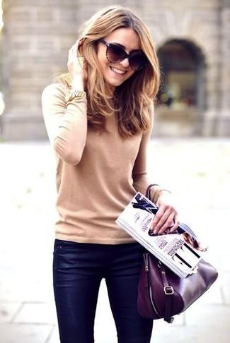 Comment porter un cartable en cuir pourpre foncé: Garde une tenue relax avec un pull à col rond beige et un cartable en cuir pourpre foncé.
