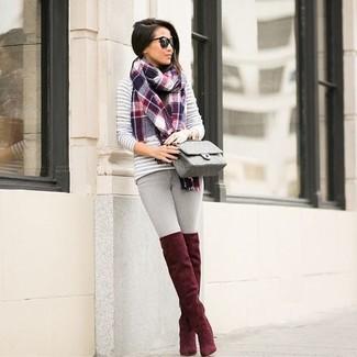 Comment porter une écharpe écossaise rouge: Pense à porter un pull à col rond à rayures horizontales gris et une écharpe écossaise rouge pour un look idéal le week-end. Jouez la carte classique pour les chaussures et choisis une paire de des cuissardes en daim rouges.