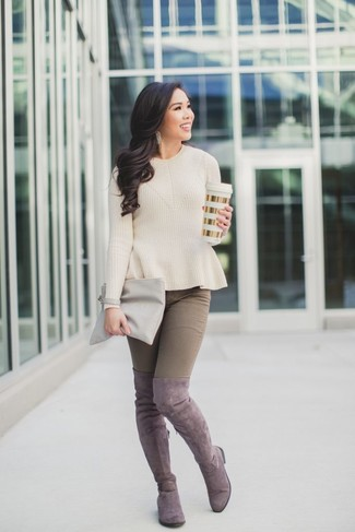 Comment porter: pull à col rond beige, jean skinny marron, cuissardes en daim roses, pochette en cuir grise