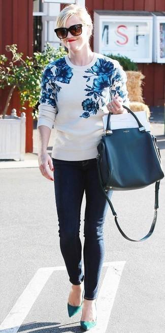 Comment porter: pull à col rond à fleurs blanc et bleu, jean skinny bleu marine, escarpins en daim bleu canard, sac fourre-tout en cuir bleu marine