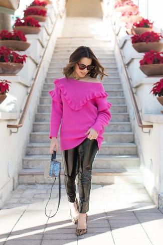 Comment porter: pull à col rond fuchsia, jean skinny en cuir noir, escarpins en daim imprimés léopard marron clair, sac bandoulière bleu