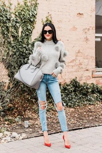 Comment porter: pull à col rond gris, jean skinny déchiré bleu clair, escarpins en daim rouges, sac fourre-tout en cuir gris