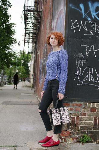 Un pull à col rond duveteux bleu et un jean skinny déchiré noir communiqueront une impression de facilité et d'insouciance. Transforme-toi en bête de mode et fais d'une paire de des mocassins à pampilles en cuir rouges ton choix de souliers.