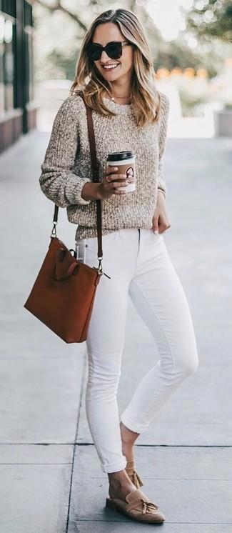 Comment porter: pull à col rond bouclé beige, jean skinny blanc, mocassins à pampilles en daim marron clair, sac bandoulière en cuir tabac