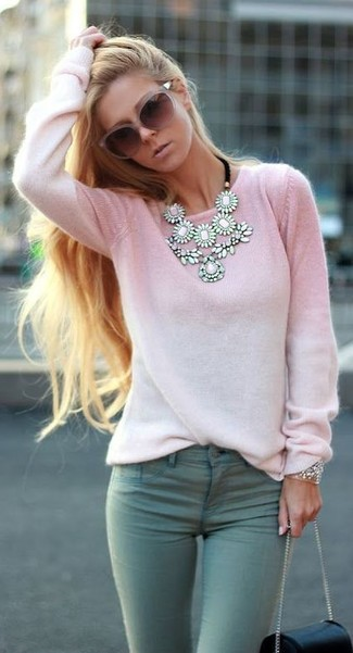 Comment porter: pull à col rond rose, jean skinny vert menthe, sac bandoulière en cuir noir, lunettes de soleil roses