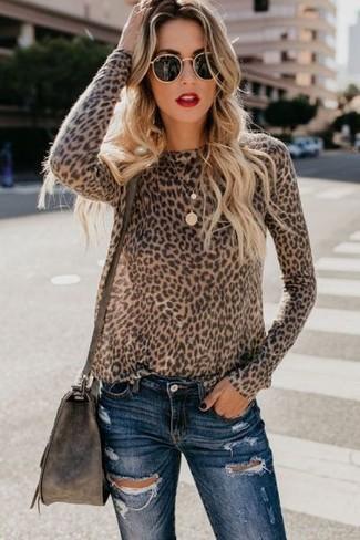 Comment porter: pull à col rond imprimé léopard marron, jean skinny déchiré bleu marine, sac bandoulière en cuir marron foncé, lunettes de soleil noires