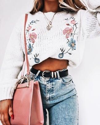 Comment porter: pull à col rond brodé blanc, jean skinny bleu clair, sac bandoulière en cuir rose, ceinture en cuir noire