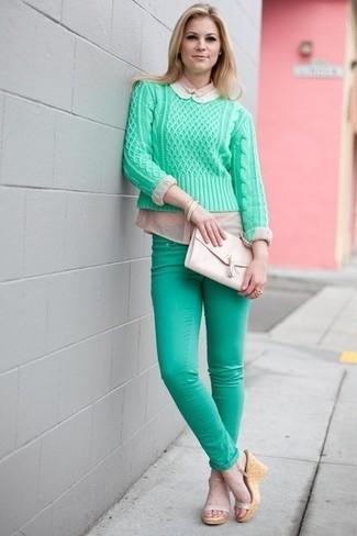 Comment porter: pull à col rond vert menthe, jean skinny vert menthe, sandales compensées en cuir beiges, pochette en cuir beige