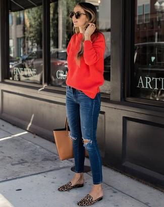 Comment porter: pull à col rond rouge, jean skinny déchiré bleu marine, slippers en poils de veau imprimés léopard marron clair, sac fourre-tout en cuir marron clair