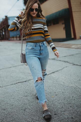 Comment porter un jean déchiré bleu clair: Pense à harmoniser un pull à col rond à rayures horizontales multicolore avec un jean déchiré bleu clair pour créer un look génial et idéal le week-end. D'une humeur créatrice? Assortis ta tenue avec une paire de des slippers en daim ornés noirs.