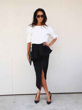 Comment porter: pull à col rond blanc, jupe à basque noire, escarpins en cuir noirs, pochette en cuir à clous noire