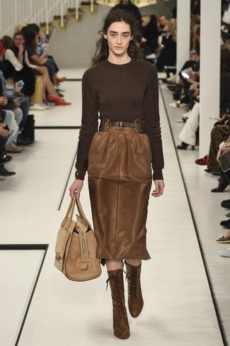 Comment porter: pull à col rond marron foncé, jupe crayon en cuir marron, bottines à lacets en cuir marron, sac fourre-tout en daim marron clair