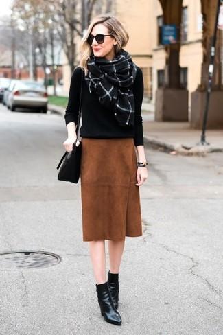 Comment porter: pull à col rond noir, jupe crayon en daim tabac, bottines en cuir noires, sac bandoulière en cuir noir