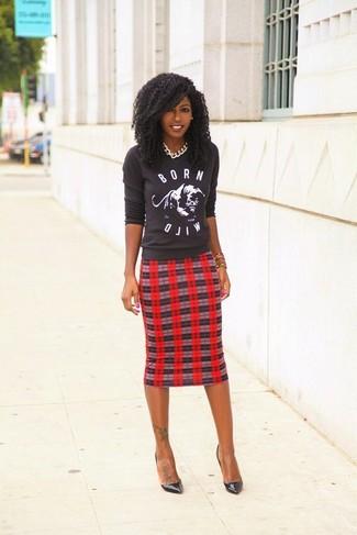Comment porter: pull à col rond imprimé gris foncé, jupe crayon écossaise rouge, escarpins en cuir noirs, collier argenté