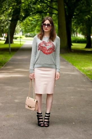 Comment porter: pull à col rond imprimé gris, jupe crayon en cuir rose, sandales à talons en cuir noires, sac bandoulière en cuir rose
