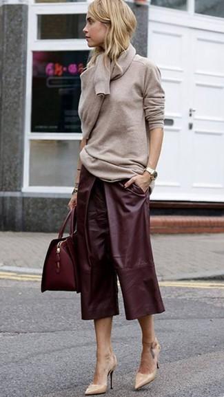 Comment porter: pull à col rond beige, jupe-culotte en cuir bordeaux, escarpins en cuir beiges, cartable en cuir bordeaux
