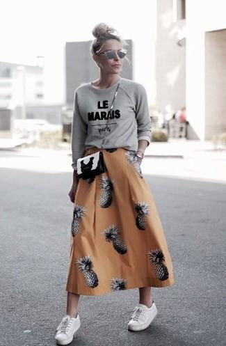 Comment porter: pull à col rond imprimé gris, jupe évasée imprimée orange, baskets basses blanches, sac bandoulière en cuir noir et blanc