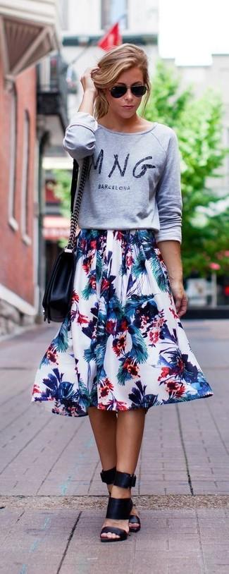 Comment porter: pull à col rond imprimé gris, jupe évasée à fleurs blanche, mules en cuir noires, sac bandoulière en cuir noir