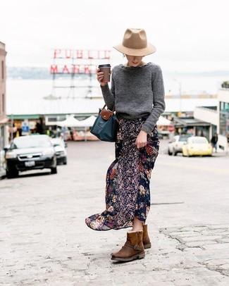 Comment porter: pull à col rond gris foncé, jupe longue en chiffon à fleurs noire, bottes ugg marron foncé, sac fourre-tout en toile bleu marine