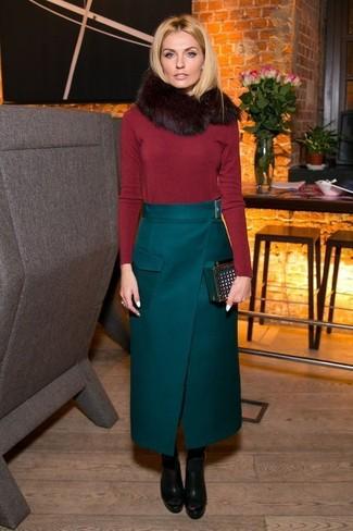 Comment porter: pull à col rond rouge, jupe longue vert foncé, bottines en cuir épaisses noires, pochette en daim vert foncé