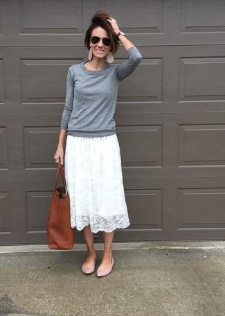 Comment porter: pull à col rond gris, jupe mi-longue en dentelle plissée blanche, ballerines en cuir roses, sac fourre-tout en cuir marron