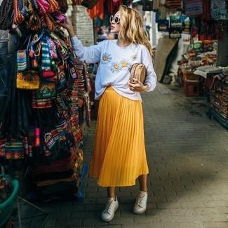 Comment porter: pull à col rond à fleurs blanc, jupe mi-longue plissée jaune, baskets basses blanches, pochette de paille marron clair