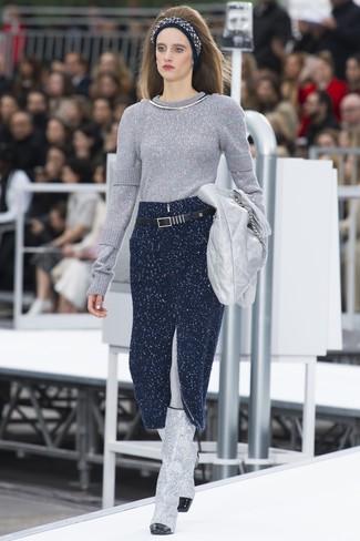 Comment porter: pull à col rond argenté, jupe mi-longue en tricot bleu marine, bottes hauteur genou en cuir argentées, pochette en cuir argentée
