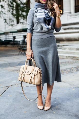 Comment porter: pull à col rond gris, jupe mi-longue en laine grise, escarpins en cuir beiges, cartable en cuir beige