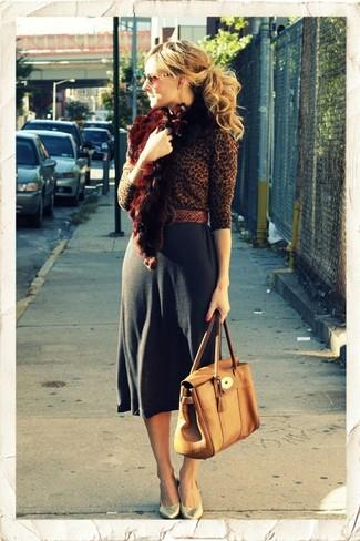 Comment porter: pull à col rond imprimé léopard marron, jupe mi-longue gris foncé, escarpins en cuir dorés, cartable en cuir marron clair