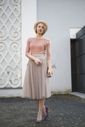 Comment porter: pull à col rond orné rose, jupe mi-longue en chiffon plissée grise, escarpins en daim pourpres, sac bandoulière en cuir beige
