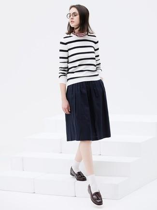 Comment porter: pull à col rond à rayures horizontales blanc et noir, jupe mi-longue plissée bleu marine, mocassins à pampilles en cuir marron foncé, bandana à rayures horizontales multicolore
