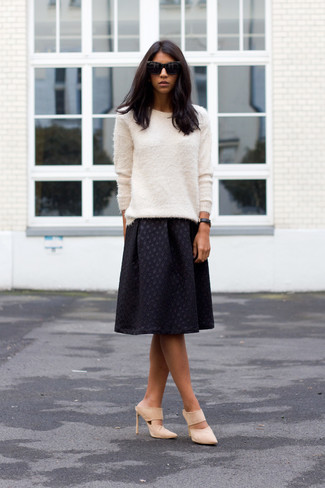 Comment porter: pull à col rond duveteux blanc, jupe mi-longue plissée noire, mules en daim beiges, lunettes de soleil noires