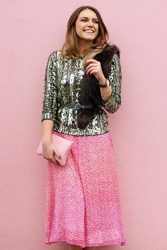 Comment porter: pull à col rond pailleté doré, jupe mi-longue plissée fuchsia, pochette en cuir rose, ceinture serre-taille en cuir noire