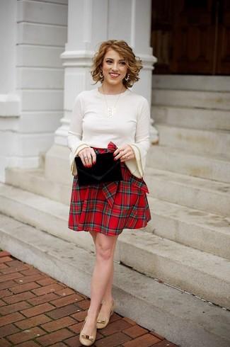 Comment porter un pull à col rond beige: Associe un pull à col rond beige avec une jupe patineuse écossaise rouge pour un look idéal le week-end. Cette tenue se complète parfaitement avec une paire de des ballerines en cuir marron clair.
