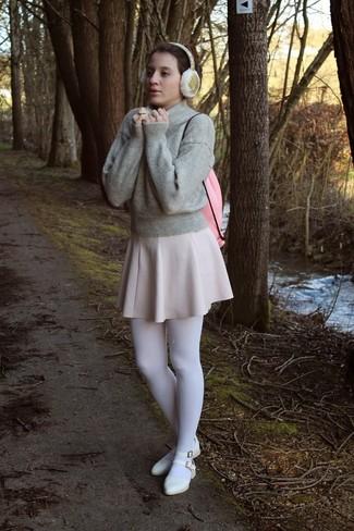 Comment porter: pull à col rond gris, jupe patineuse beige, ballerines en cuir blanches, sac à dos en cuir rose