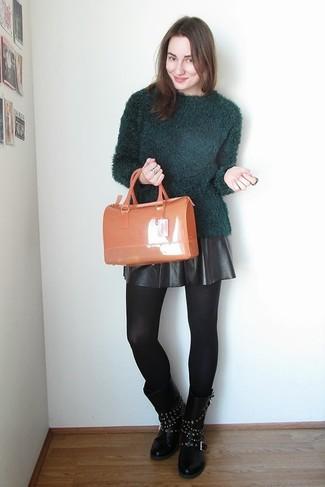 Comment porter: pull à col rond duveteux vert foncé, jupe patineuse en cuir noire, bottes mi-mollet en cuir à clous noires, cartable en caoutchouc orange